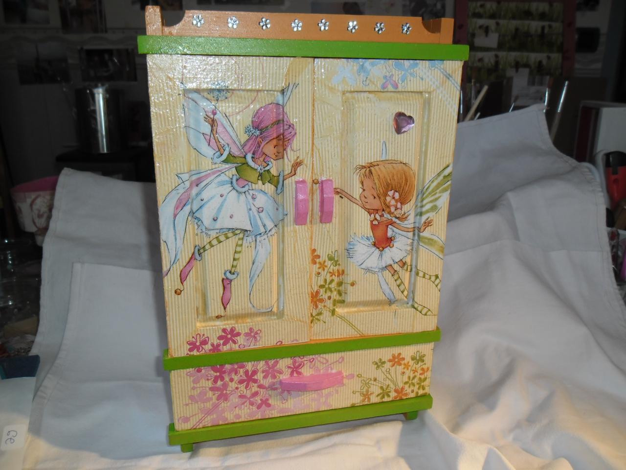 Très jolie petite armoire pour les petites filles !